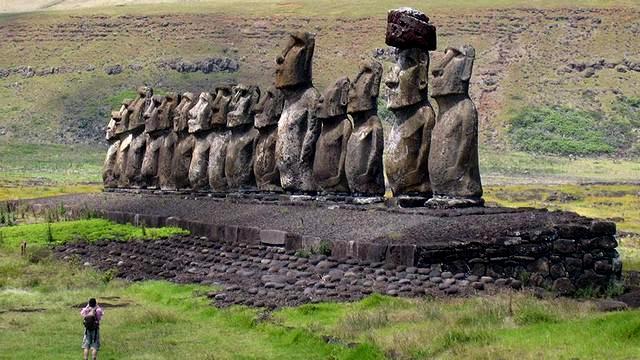 na ostrove pashi turistam zapretjat kovyrjatsja v nosu statuj