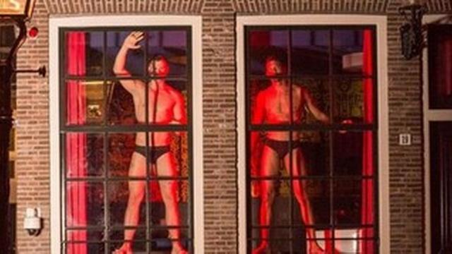 v amsterdame v kvartale krasnyh fonarej pojavjatsja muzhchiny